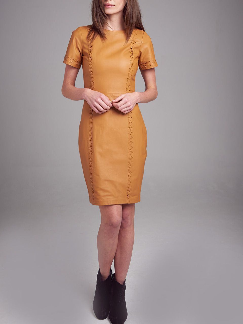 Vestido Liso de Manga Curta com Detalhe em Trice - Liziane Richter